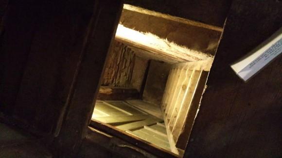 Schowek znajdujący się pod podłogą w pomieszczeniu przylegającym do saloniku domu należącego do Humphreya Pakingtona, zbudowanego w latach 80. XVI wieku (Harvington Hall k. Birmingham).