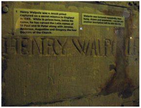 (fot. Napisy w celi św. Henryka Walpole w Tower.)