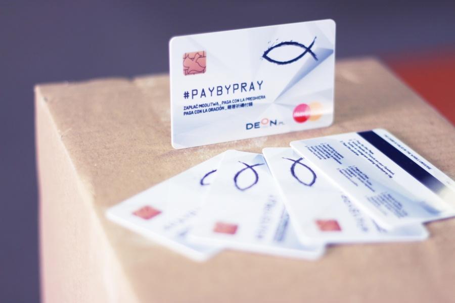 #PAYBYPRAY – unikalna karta płatnicza dla Franciszka.