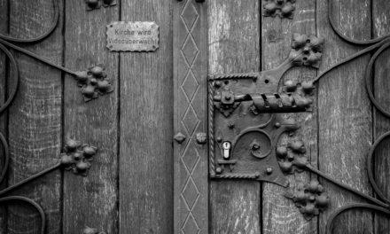 Bóg za drzwiami?