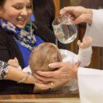 Co o Bogu mówi nam chrzest dziecka?