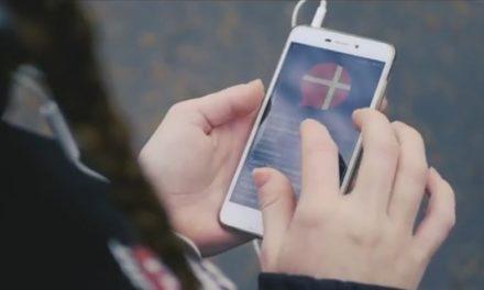 """""""Modlitwa w drodze"""" z obydwu stron smartfona"""