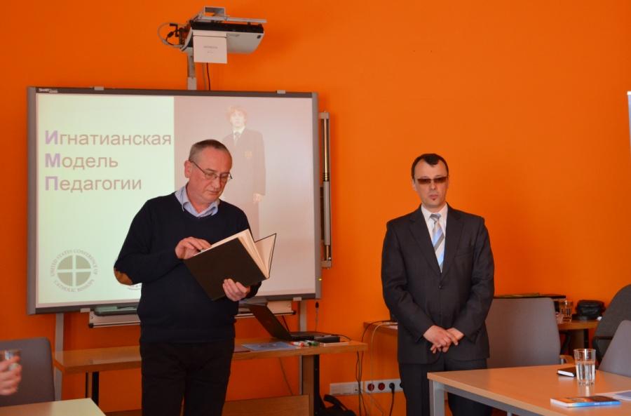 Wojciech Żmudziński SJ podczas zajęć w Krakowie