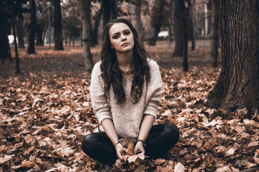 Trzy kobiety same, jak drzewa ogołocone z liści