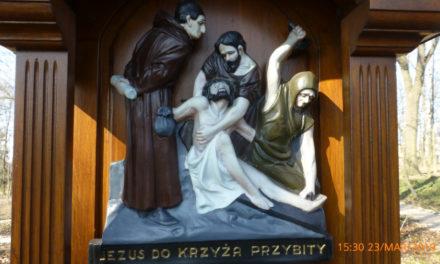 Jezus przybity do krzyża
