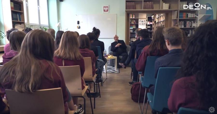 Spotkanie ojca Arturo Sosy SJ z młodzieżą KOSTKI