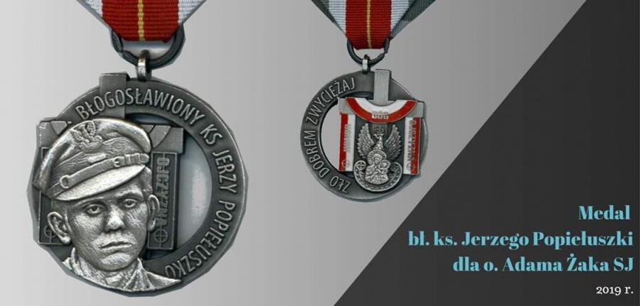 """""""Zło dobrem zwyciężaj"""" – szczególny medal dla ojca Adama Żaka SJ"""