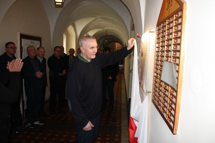 Kalisz: Odsłonięcie tablicy upamiętniającej o. Adama Sztarka SJ