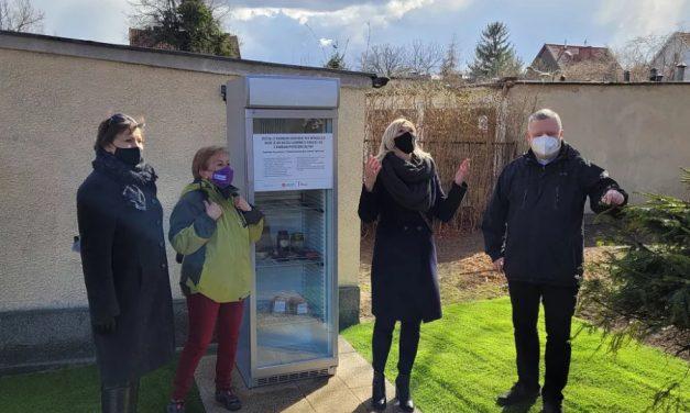 Gdańsk: Lodówka społeczna przy kościele jezuitów
