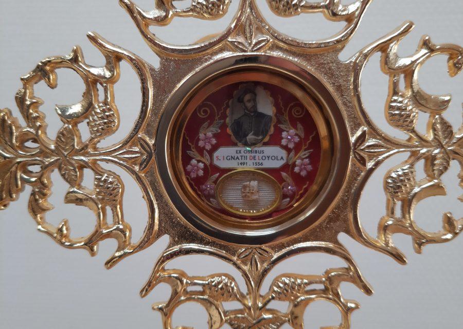 Kontemplacja Boga przed ikoną i relikwiami Ignacego Loyoli