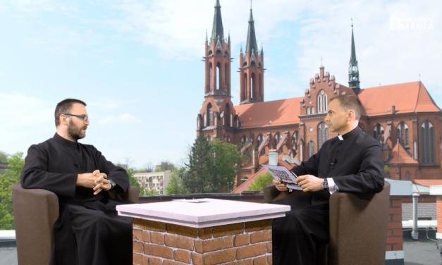 Rozmowa na dachu z proboszczem parafii pw. św. Stanisława Kostki w Wasilkowie