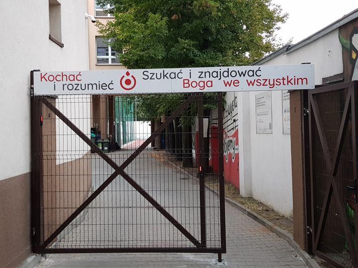 Ignacjański mural na budynku szkoły w Łodzi